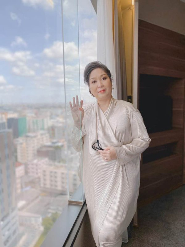 Học hỏi nghệ sĩ Hồng Vân gu thời trang giấu body thừa cân đỉnh nhất Vbiz-9