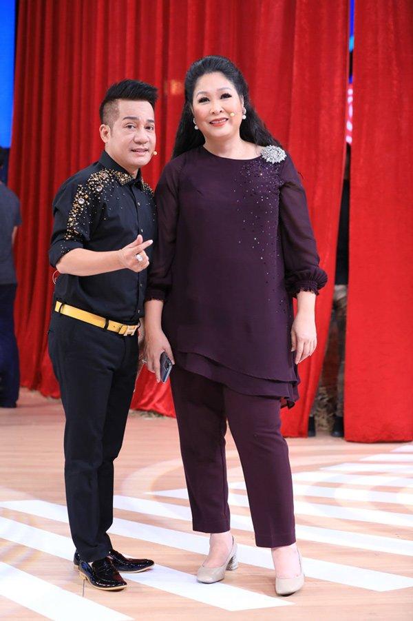 Học hỏi nghệ sĩ Hồng Vân gu thời trang giấu body thừa cân đỉnh nhất Vbiz-11