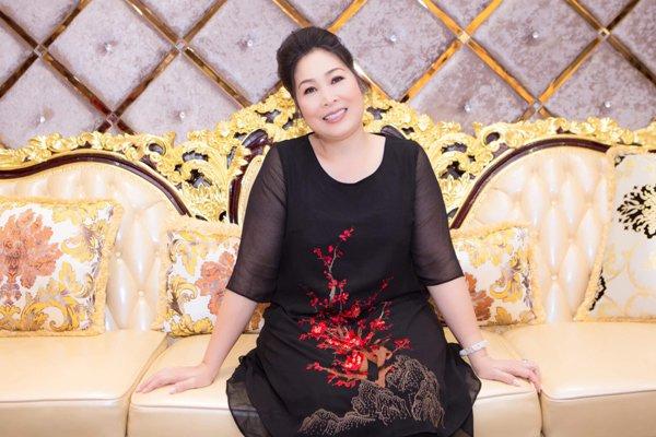 Học hỏi nghệ sĩ Hồng Vân gu thời trang giấu body thừa cân đỉnh nhất Vbiz-12