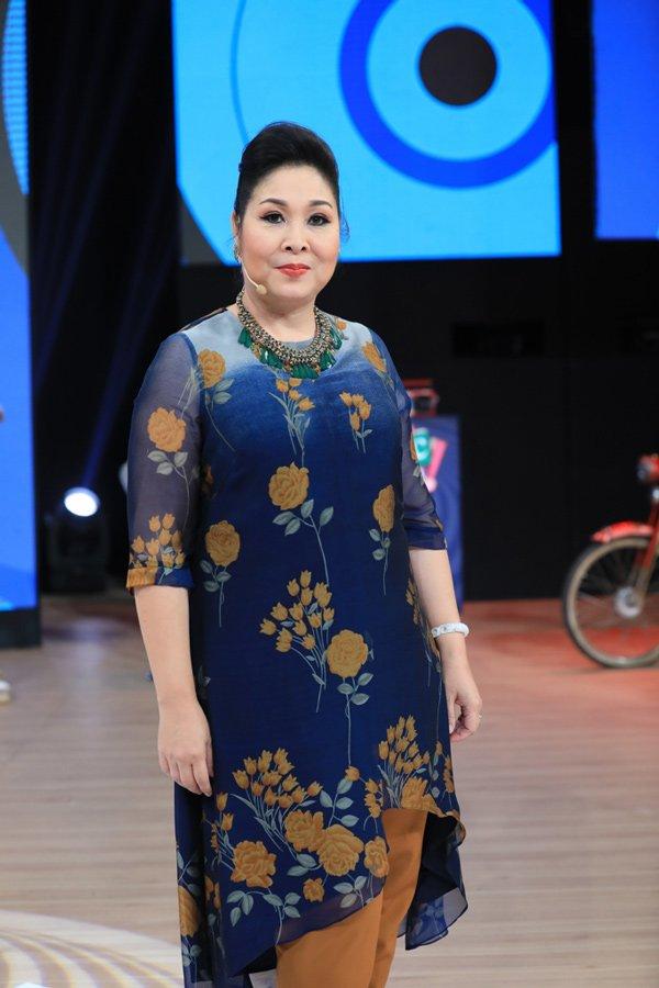Học hỏi nghệ sĩ Hồng Vân gu thời trang giấu body thừa cân đỉnh nhất Vbiz-16