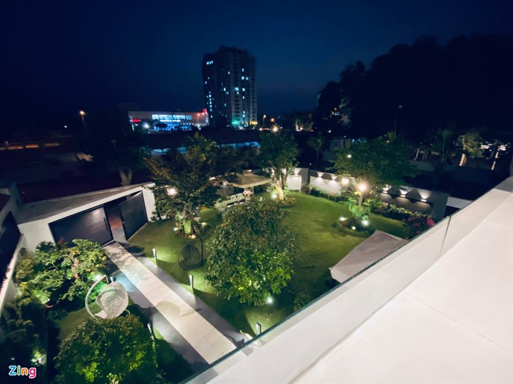 Quốc Trường chăm sóc vườn cây cổ thụ trong biệt thự 700 m2-2