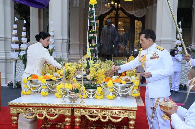 Hoàng hậu Thái Lan hiếm hoi lộ diện trước công chúng giữa dịch Covid-19, đáng chú ý là hình ảnh lạ lẫm của công chúa nổi loạn-1