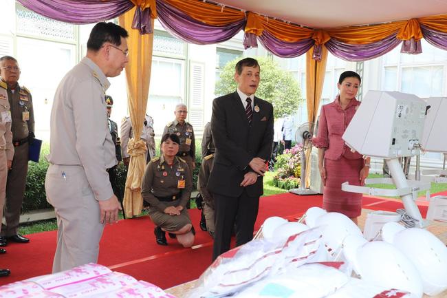 Hoàng hậu Thái Lan hiếm hoi lộ diện trước công chúng giữa dịch Covid-19, đáng chú ý là hình ảnh lạ lẫm của công chúa nổi loạn-2