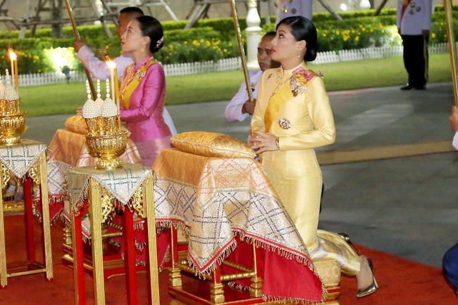 Hoàng hậu Thái Lan hiếm hoi lộ diện trước công chúng giữa dịch Covid-19, đáng chú ý là hình ảnh lạ lẫm của công chúa nổi loạn-3