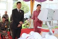 Hoàng hậu Thái Lan hiếm hoi lộ diện trước công chúng giữa dịch Covid-19, đáng chú ý là hình ảnh lạ lẫm của 'công chúa nổi loạn'