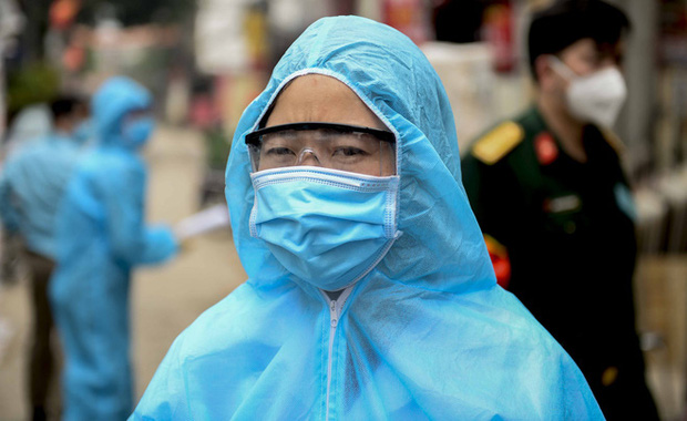 Nữ nhân viên y tế trực chốt tại Hạ Lôi nơi có 5 người mắc COVID-19 bật khóc khi nhắc về con-3