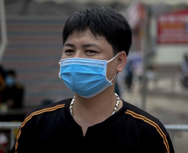 Nữ nhân viên y tế trực chốt tại Hạ Lôi nơi có 5 người mắc COVID-19 bật khóc khi nhắc về con-7