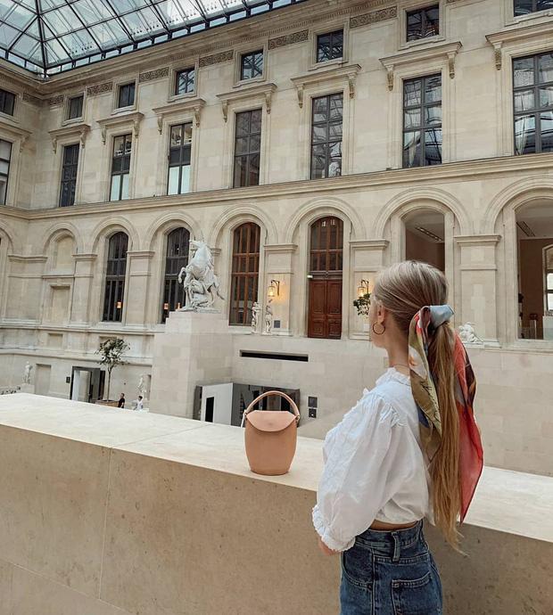 Phụ nữ Pháp có 3 cách buộc tóc để diện mạo luôn tươi mới và toát lên vẻ tao nhã, sang trọng-2