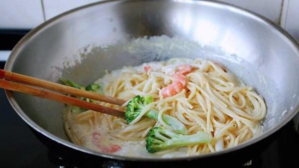 Tự làm Mỳ Ý kem hải sản, giàu dinh dưỡng, vị ngon như ngoài hàng-7