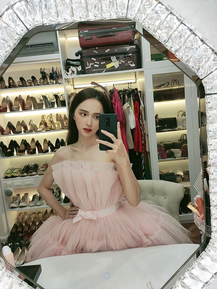 Vì sơ sểnh lộ thân hình khẳng khiu mà Hương Giang kém đẹp hơn vợ 2 Minh Nhựa và bà hoàng Hermes khi cùng diện váy công chúa-2