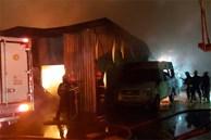 Cháy lớn kinh hoàng tại bãi giữ ô tô, hàng trăm cảnh sát đội mưa dập lửa xuyên đêm