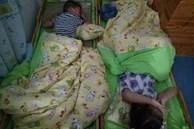 Bé trai mẫu giáo phát ra tiếng kì lạ lúc ngủ ở trường, cô giáo giật mình khi mở chăn