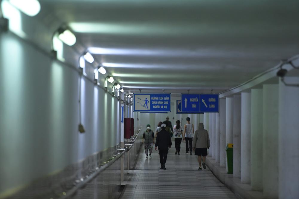 Người dân Hà Nội đổ xuống hầm đi bộ tập thể dục, lực lượng chức năng khản giọng thuyết phục mới chịu về nhà-3