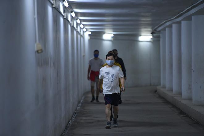 Người dân Hà Nội đổ xuống hầm đi bộ tập thể dục, lực lượng chức năng khản giọng thuyết phục mới chịu về nhà-10