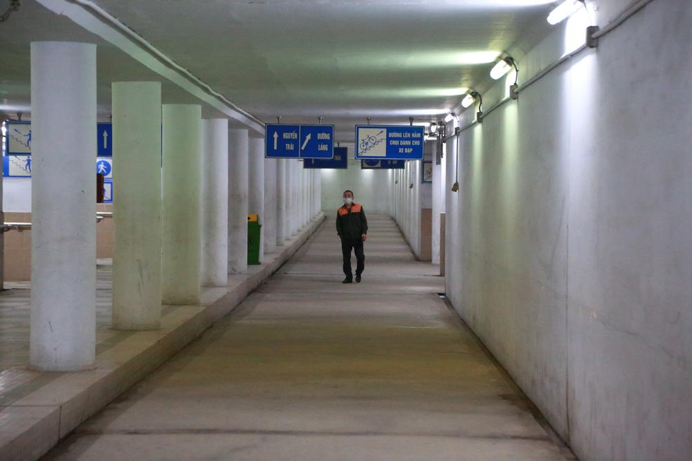 Người dân Hà Nội đổ xuống hầm đi bộ tập thể dục, lực lượng chức năng khản giọng thuyết phục mới chịu về nhà-11