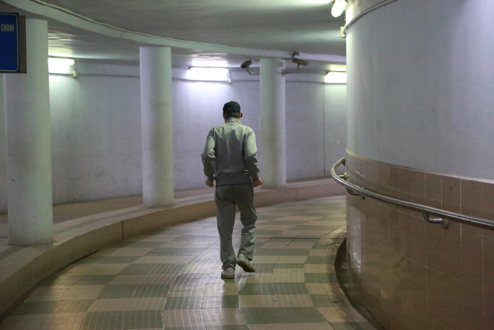 Người dân Hà Nội đổ xuống hầm đi bộ tập thể dục, lực lượng chức năng khản giọng thuyết phục mới chịu về nhà-12