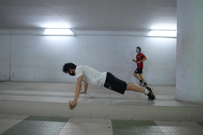 Người dân Hà Nội đổ xuống hầm đi bộ tập thể dục, lực lượng chức năng khản giọng thuyết phục mới chịu về nhà-4