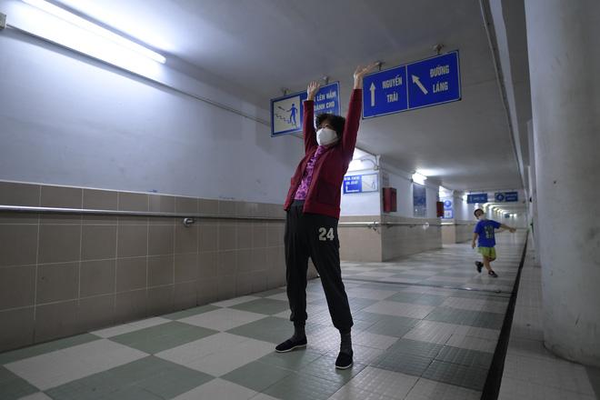 Người dân Hà Nội đổ xuống hầm đi bộ tập thể dục, lực lượng chức năng khản giọng thuyết phục mới chịu về nhà-6