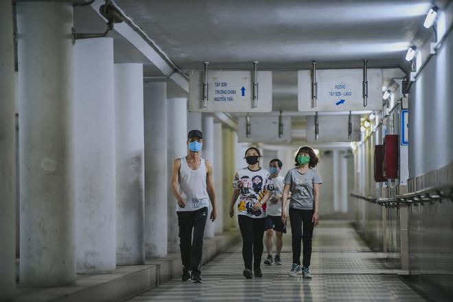 Người dân Hà Nội đổ xuống hầm đi bộ tập thể dục, lực lượng chức năng khản giọng thuyết phục mới chịu về nhà-7