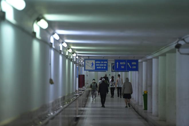 Người dân Hà Nội đổ xuống hầm đi bộ tập thể dục, lực lượng chức năng khản giọng thuyết phục mới chịu về nhà-8