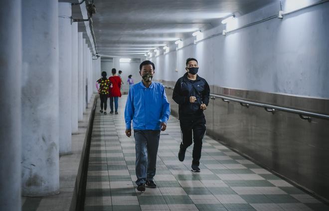 Người dân Hà Nội đổ xuống hầm đi bộ tập thể dục, lực lượng chức năng khản giọng thuyết phục mới chịu về nhà-9