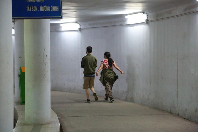 Người dân Hà Nội đổ xuống hầm đi bộ tập thể dục, lực lượng chức năng khản giọng thuyết phục mới chịu về nhà-13
