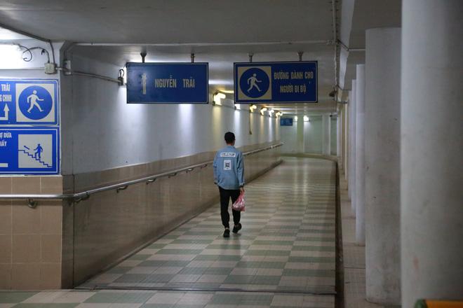 Người dân Hà Nội đổ xuống hầm đi bộ tập thể dục, lực lượng chức năng khản giọng thuyết phục mới chịu về nhà-14