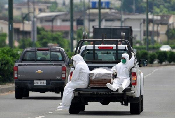 Ecuador giữa dịch Covid-19: Người dân mòn mỏi chờ nhận thi thể người thân, cảnh sát lại thu thập hơn 1.400 quan tài chờ được chôn cất-4