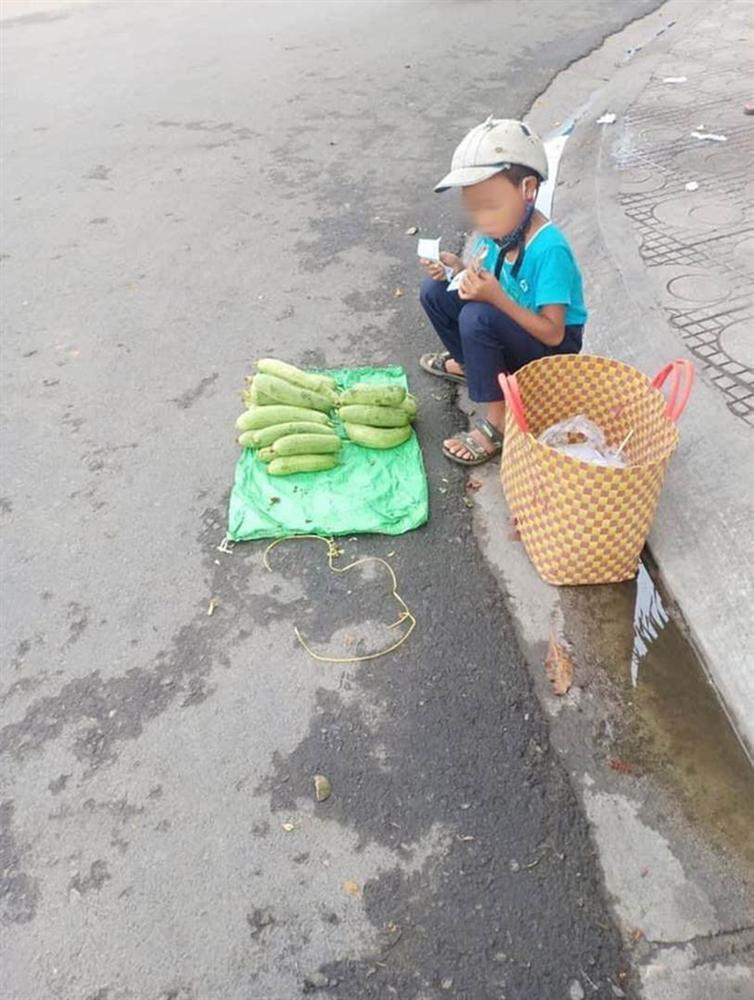 Thấy cậu bé bán mướp bên đường, người phụ nữ đã có hành động đặc biệt, câu chuyện phía sau gây xúc động mạnh-3