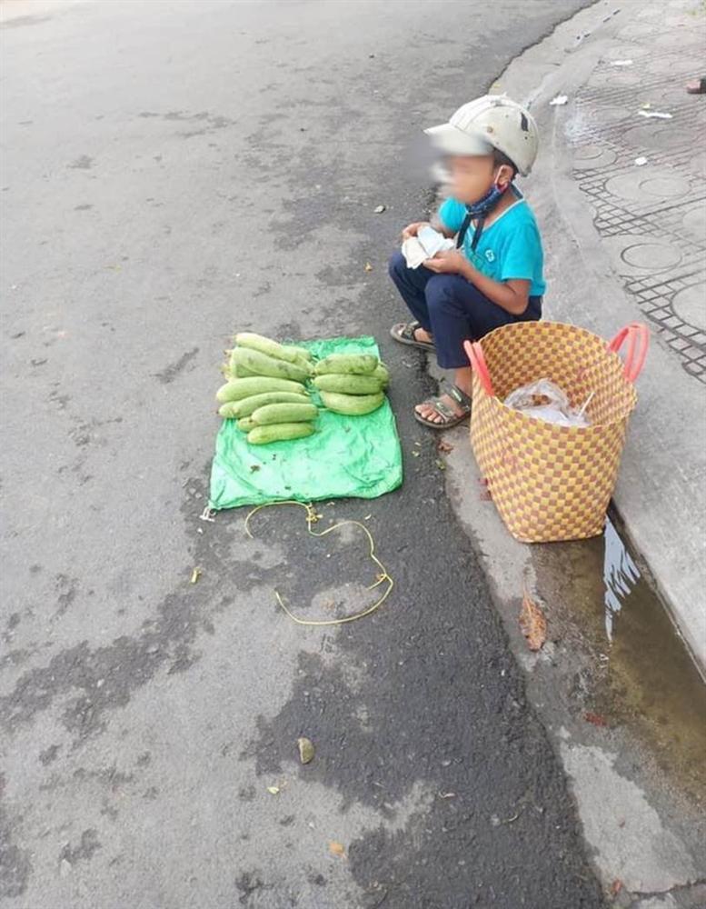 Thấy cậu bé bán mướp bên đường, người phụ nữ đã có hành động đặc biệt, câu chuyện phía sau gây xúc động mạnh-4