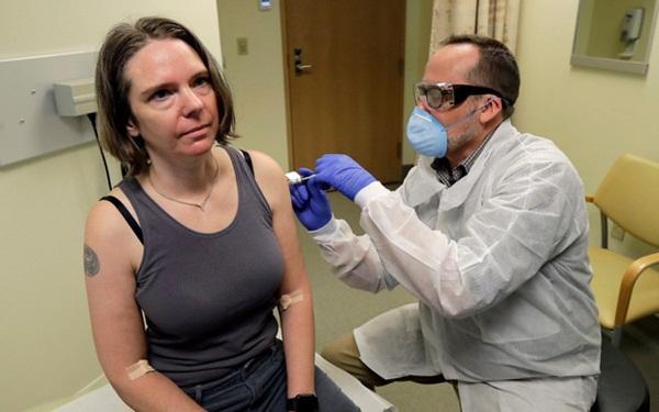 Trải nghiệm của người đầu tiên được tiêm vắc-xin ngừa Covid-19 trên toàn thế giới: Quyết định liều lĩnh bất chấp sự lo lắng của chồng-1