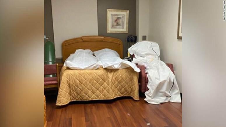 Hình ảnh tang thương tại một bệnh viện Mỹ giữa đại dịch Covid-19: Thi thể chất chồng, phải trữ trong phòng trống vì nhà xác đã quá tải-1