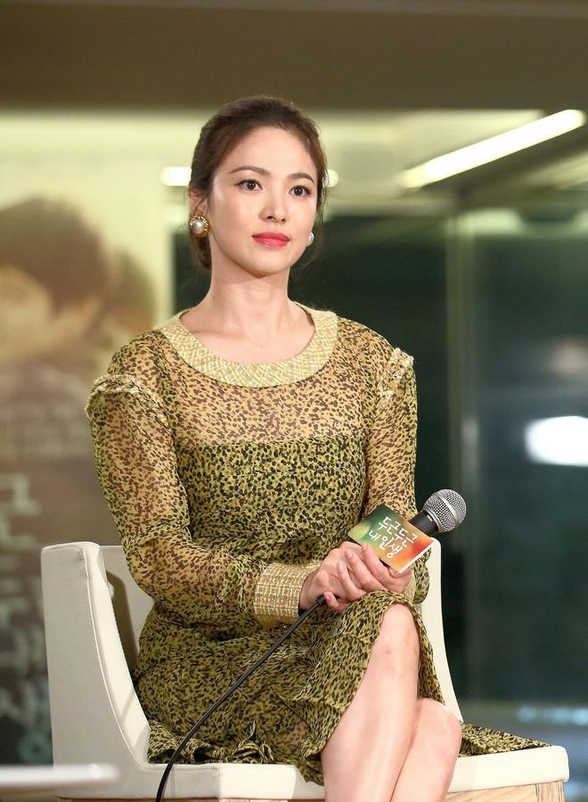 Song Hye Kyo trẻ hơn xưa bao nhiêu là nhờ loạt công thức diện đồ sau, choáng nhất là chuyện cô chẳng ngán mặc crop top khoe eo-1