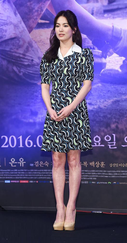 Song Hye Kyo trẻ hơn xưa bao nhiêu là nhờ loạt công thức diện đồ sau, choáng nhất là chuyện cô chẳng ngán mặc crop top khoe eo-2