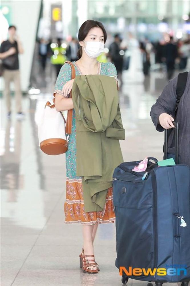 Song Hye Kyo trẻ hơn xưa bao nhiêu là nhờ loạt công thức diện đồ sau, choáng nhất là chuyện cô chẳng ngán mặc crop top khoe eo-3