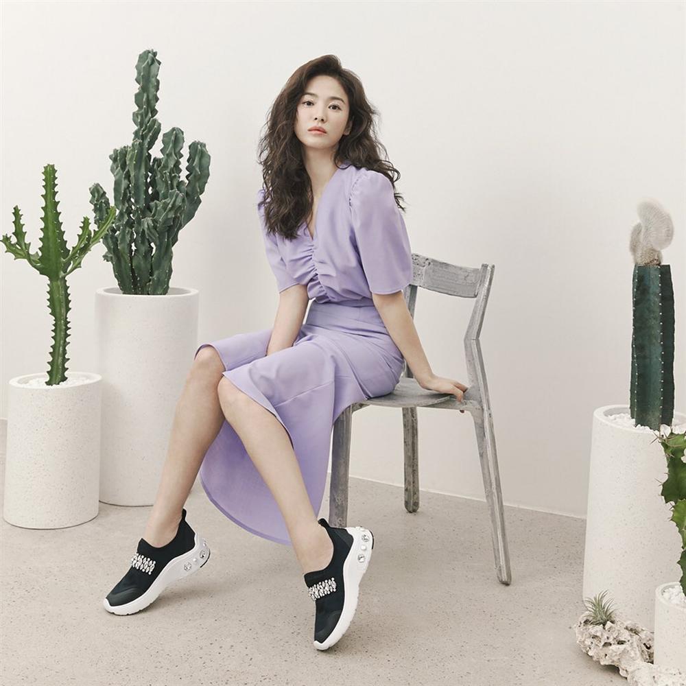 Song Hye Kyo trẻ hơn xưa bao nhiêu là nhờ loạt công thức diện đồ sau, choáng nhất là chuyện cô chẳng ngán mặc crop top khoe eo-11