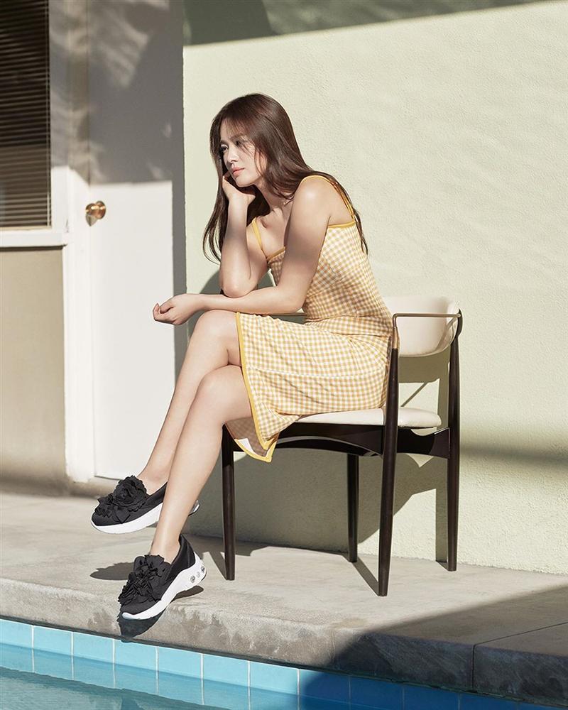 Song Hye Kyo trẻ hơn xưa bao nhiêu là nhờ loạt công thức diện đồ sau, choáng nhất là chuyện cô chẳng ngán mặc crop top khoe eo-8