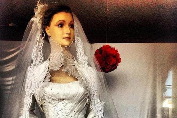 Bí ẩn về ma nơ canh chân thật đến rợn người của cửa hàng áo cưới, bị đồn là xác ướp của con gái người chủ và có thể di chuyển-1