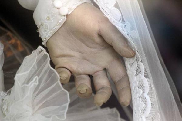 Bí ẩn về ma nơ canh chân thật đến rợn người của cửa hàng áo cưới, bị đồn là xác ướp của con gái người chủ và có thể di chuyển-2