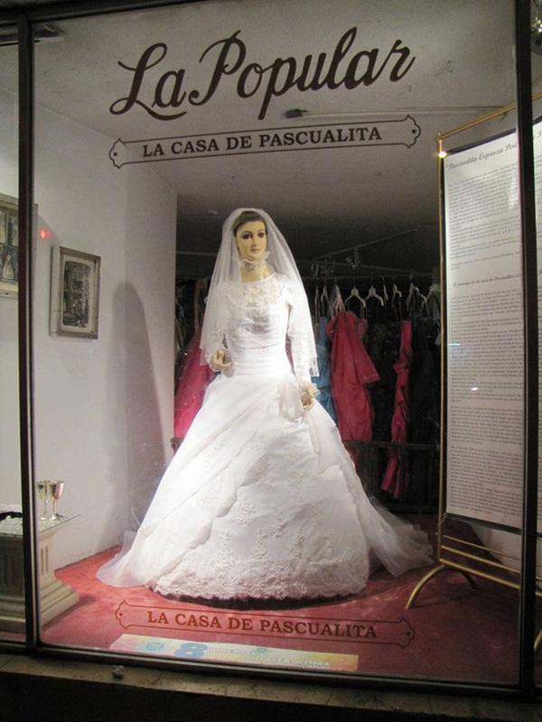 Bí ẩn về ma nơ canh chân thật đến rợn người của cửa hàng áo cưới, bị đồn là xác ướp của con gái người chủ và có thể di chuyển-3