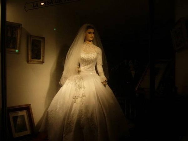Bí ẩn về ma nơ canh chân thật đến rợn người của cửa hàng áo cưới, bị đồn là xác ướp của con gái người chủ và có thể di chuyển-5
