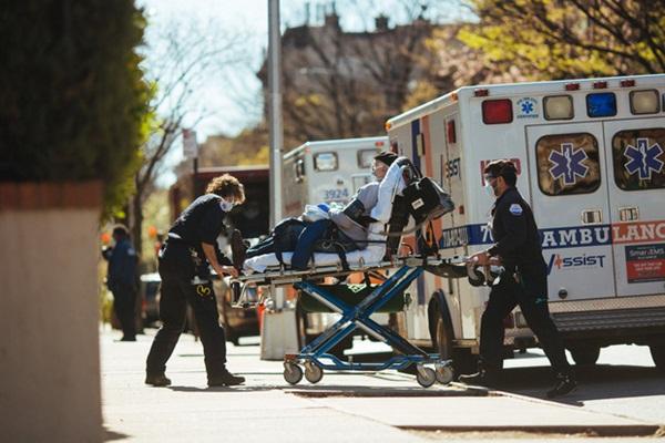 Tôi đã khóc rất nhiều: Các bác sĩ rơi lệ nhìn bệnh nhân qua đời trong bất lực, hé lộ điều tàn nhẫn nhất mà Covid-19 mang tới-2
