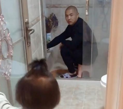 Bắt quả tang bố lén lút làm một việc trong nhà tắm, cô con gái 5 tuổi đã có hành động cực chất khiến bố đành ngậm ngùi bỏ cuộc-1