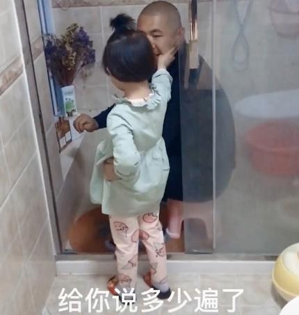 Bắt quả tang bố lén lút làm một việc trong nhà tắm, cô con gái 5 tuổi đã có hành động cực chất khiến bố đành ngậm ngùi bỏ cuộc-2