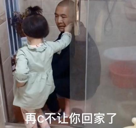 Bắt quả tang bố lén lút làm một việc trong nhà tắm, cô con gái 5 tuổi đã có hành động cực chất khiến bố đành ngậm ngùi bỏ cuộc-3