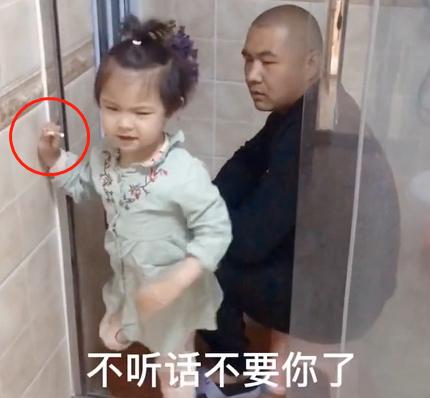 Bắt quả tang bố lén lút làm một việc trong nhà tắm, cô con gái 5 tuổi đã có hành động cực chất khiến bố đành ngậm ngùi bỏ cuộc-4
