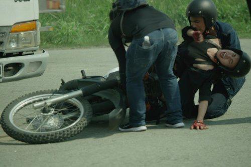Sao Việt đau đớn do tai nạn hi hữu ở hậu trường: Trúc Anh bị xe lôi xềnh xệch, Lý Hải - Trương Ngọc Ánh đổ máu vì vai diễn-9