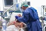 Bệnh nhân người Anh mắc Covid-19 nặng phải thở máy đã được các bác sĩ giành giật lại sự sống như thế nào?-3