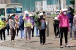 Sau khi công bố bệnh nhân 266 nhiễm COVID-19 ở Hà Nội, phong tỏa các cửa ngõ toàn xã Dũng Tiến, người dân nhờ tiếp thực phẩm qua hàng rào-11