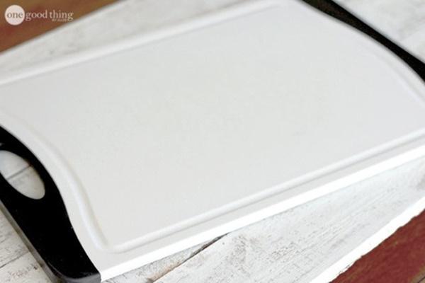 Biến thớt nhựa chằng chịt vết trầy xước thành trắng tinh như mới trong chưa đầy 1 phút-5